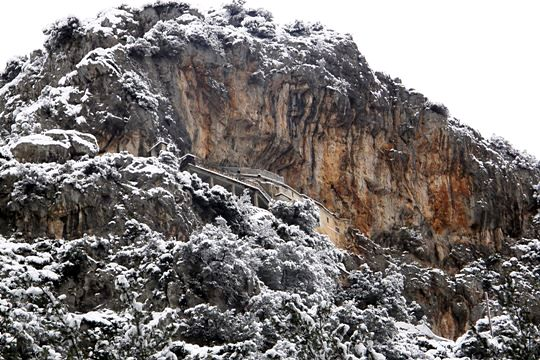 Bezeniko Castle<br/>Snow on the rock of the castle