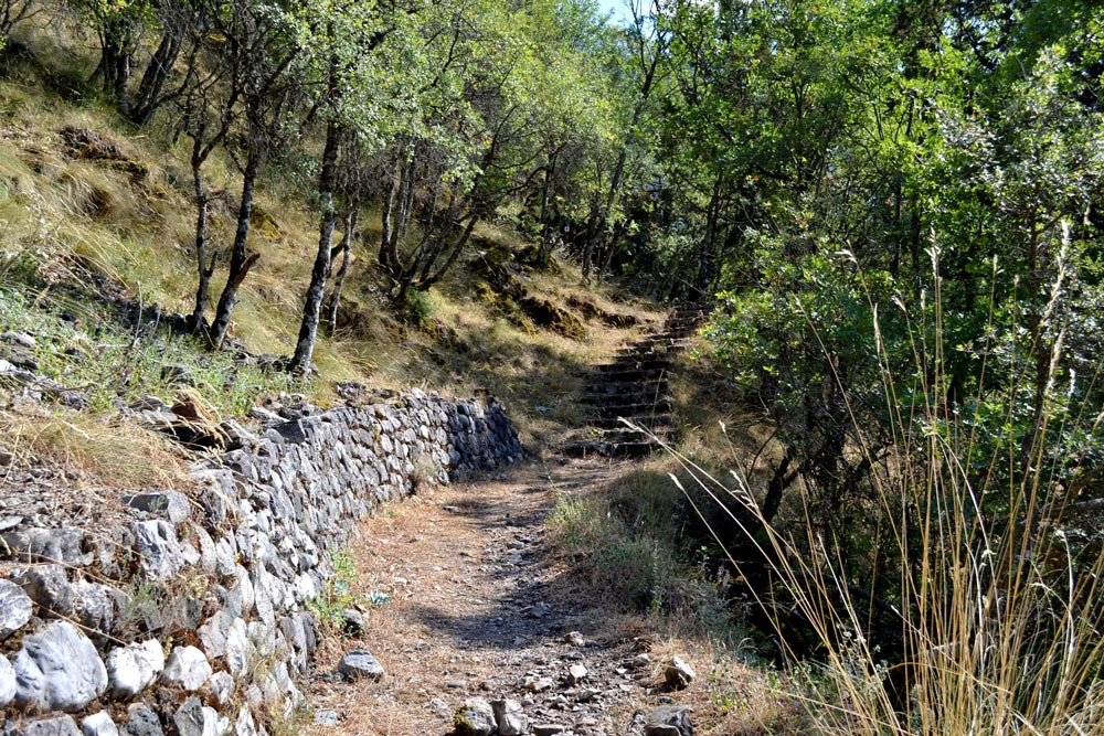 The path from Agia Varvara to the castle
